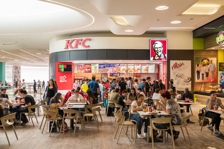 pollo frito: Bucarest Rumanía 05 de junio 2015: La gente que come FastFood De Kentucky Fried Chicken Restaurant.
