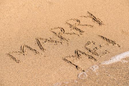 pareja de esposos: Marry Me palabra escrita en la arena Sunny Beach Summer