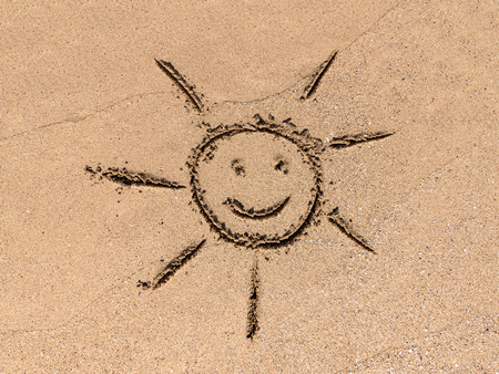 dessin enfants: Enfants Dessin de Sun Sign On Sand Beach Summer Banque d'images