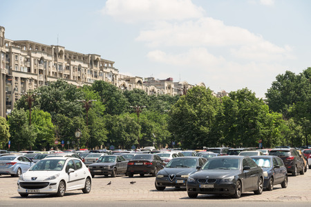 voiture parking: BUCHAREST, ROMANIA - JULY 26, 2015: Cars In Car Parking Lot In Front Of Parliament Palace Casa Poporului Or House Of The People In Bucharest.
