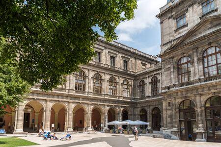 estudiantes universitarios: VIENA, Austria - 03 de agosto 2015: La Universidad de Viena Universitat Wien es una universidad p�blica fundada por el duque Rodolfo IV en 1365 y es la universidad m�s antigua del mundo de habla alemana.