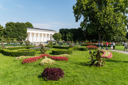 innere: VIENNA, AUSTRIA - AUGUST 05, 2015: The Volksgarten Peoples Garden is a public park which is part of the Hofburg Palace in the Innere Stadt district of Vienna and was opened to the public in 1823. Editorial