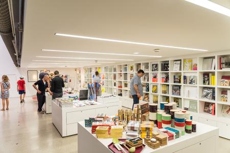 モダンアート: ウィーン、オーストリア - 2015 年 8 月 6 日: Mumok Moderner クンストまたは博物館近代美術館は 7,000 の近現代美術作品のコレクションを持つウィーンのミュージアム地区にある美術館です。 報道画像