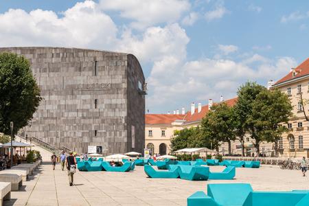 モダンアート: ウィーン、オーストリア - 2015 年 8 月 8 日: Mumok Moderner クンストまたは博物館近代美術館は 7,000 の近現代美術作品のコレクションを持つウィーンのミュージアム地区にある美術館です。