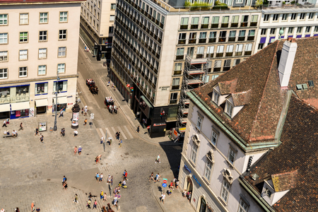 innere: VIENNA, AUSTRIA - AUGUST 10, 2015: Stephansplatz is a square at the geographical centre of Vienna and is named after its most prominent building, the Stephansdom, Viennas cathedral.