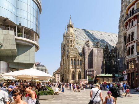 religion catolica: VIENA, Austria - 15 de agosto 2015: Construido en 1147 de San Esteban Catedral de San Esteban es la iglesia madre de la Arquidiócesis Católica Romana de Viena y la sede del arzobispo de Viena.