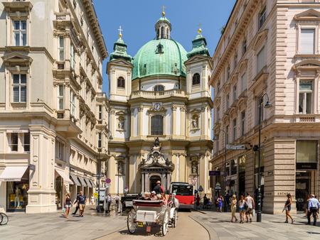 iglesia: VIENA, Austria - 15 de agosto 2015: Construido en 1733 Peterskirche San Pedro Iglesia es una Iglesia parroquial católica de estilo barroco romano en Petersplatz El Graben la calle de la ciudad de Viena. Editorial