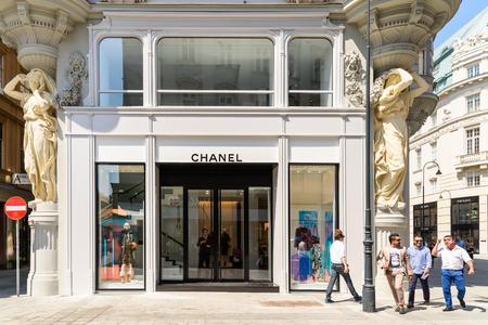 WENEN, Oostenrijk - 15 augustus 2015: Chanel is een hoge Franse modehuis dat gespecialiseerd is in haute couture en prêt-à-porter kleding, luxe goederen en mode-accessoires.