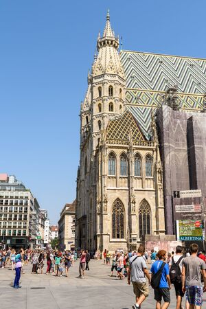 innere: VIENNA, AUSTRIA - AUGUST 20, 2015: Stephansplatz is a square at the geographical centre of Vienna and is named after its most prominent building, the Stephansdom, Viennas cathedral.