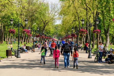 parken: Bukarest, Rumänien - 10. August 2015: Menschen die einen Spaziergang am heißen Sommer-Tag in Mogosoaia öffentlichen Park.