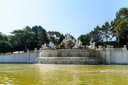 schloss schonbrunn: VIENNA, AUSTRIA - AUGUST 25, 2015: Schonbrunn Palace Schloss Schonbrunn Fountain In The Palace Gardens.