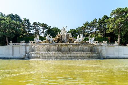 schloss schoenbrunn: VIENNA, AUSTRIA - AUGUST 25, 2015: Schonbrunn Palace Schloss Schonbrunn Fountain In The Palace Gardens.