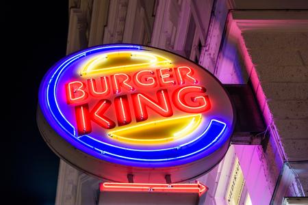 rey: VIENA, Austria - 25 de agosto, 2015: Fundada en 1953 Burger King es una cadena mundial de restaurantes de comida rápida de la hamburguesa con sede en el condado de Condado de Miami-Dade, Florida, Estados Unidos. Editorial