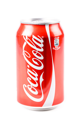 cola canette: BUCAREST, ROUMANIE - 16 janvier 2016: Coca-Cola est une c�l�bre boisson gazeuse vendue dans les magasins, les restaurants et les distributeurs automatiques dans le monde entier.