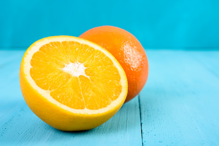 turquesa: Naranjas frescas en el fondo de la turquesa