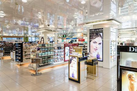 productos de belleza: VIENA, Austria - 08 de agosto, 2015: Mujeres Productos Cosméticos para la venta en salón de belleza. Editorial