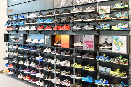 tienda de zapatos: VIENA, Austria - 08 de agosto, 2015: Nike Running Shoes Nike en venta en la tienda de exhibici�n del zapato.