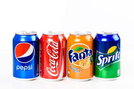 BOEKAREST, ROEMENIË - JANUARI 16, 2016: Pepsi, Coca-cola, Sprite en Fanta zijn de beroemdste koolzuurhoudende frisdranken die worden verkocht in winkels, restaurants en verkoopautomaten over de hele wereld.