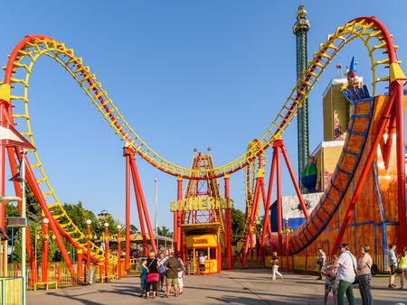 WENEN, Oostenrijk - 9 augustus 2015: mensen met plezier op Roller Coaster Ride In Wurstelprater Pretpark of Prater in Wenen. Redactioneel