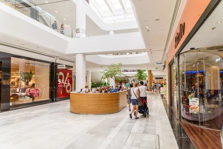 plaza comercial: VIENA, Austria - 10 de agosto, 2015: Las personas Tienda en Centro Comercial de Viena comercial de la ciudad de lujo.