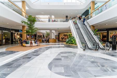 WIEDEŃ, AUSTRIA - 10 sierpnia 2015: Ludzie zakupy w Vienna City Shopping Mall Luxury. Publikacyjne