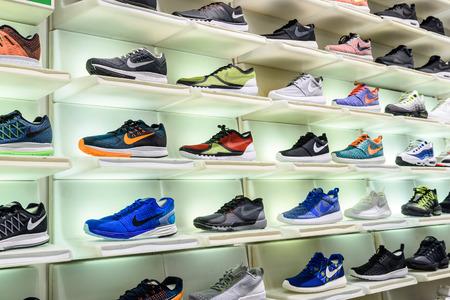 비엔나, 오스트리아 - 년 8 월 08, 2015 : 나이키는 나이키 신발 가게 디스플레이에서 판매 신발을 실행. 에디토리얼