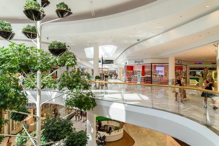 WIEDEŃ, AUSTRIA - 11 sierpnia 2015: Ludzie zakupy w Vienna City Shopping Mall Luxury. Publikacyjne