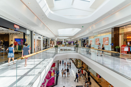 VIENNA, AUSTRIA - AUGUST 11, 2015: People Shop In Vienna Shopping City Luxury Mall. Stok Fotoğraf - 52859401