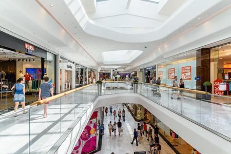 WIEDEŃ, AUSTRIA - 11 sierpnia 2015: Ludzie zakupy w Vienna City Shopping Mall Luxury.