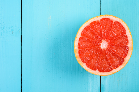 Fresh Red Grapefruit Slice On Wood Table Stok Fotoğraf - 53300544