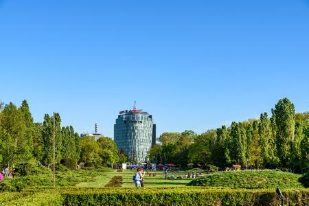 Bukarest, Rumänien - 16. April 2016: Menschen Spaß im Her?str?u öffentlichen Park am Frühling Tag.