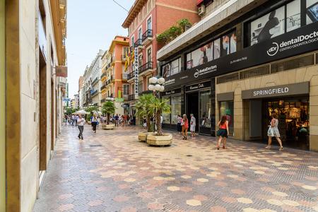 paisaje mediterraneo: VALENCIA, ESPAÑA - 19 de julio, 2016: Gente que recorre el centro de la ciudad de Valencia en España.