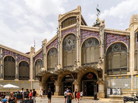 VALENCIA, ESPAGNE - 20 juillet 2016: De 1928 Mercado Central ou Mercat Central (Central Market) est un marché public situé à travers de la Llotja de la Seda et l'église de Juanes au centre-ville de Valence. Éditoriale
