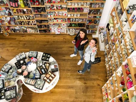 Bucarest, Rumania - 21 de septiembre, 2016: La gente compra de más reciente literatura de ficción y no ficción libros en la biblioteca moderna. Foto de archivo - 63346977