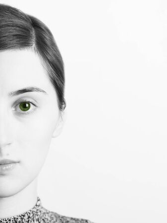 ojos verdes: Black And White Portrait Of Beautiful Green Eyes Girl