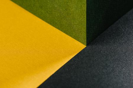 신선한 녹색, 금색 노란색과 숯 회색 회색 추상 기하학적 배경과 종이 텍스처