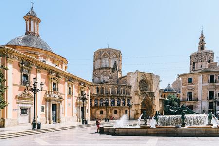 Valence, Espagne - 03 août 2016: Plaza de la Virgen (place de la cathédrale) est une grande place à Valence située dans un emplacement central de la ville.