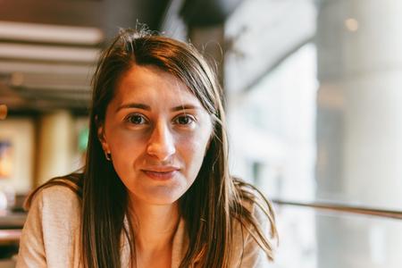 bebes lindos: Retrato de mujer joven hermosa en restaurante