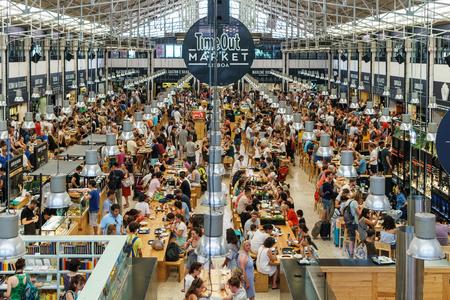 LISBONA, PORTOGALLO - 12 AGOSTO 2017: Time Out Market è una sala del cibo situata in Mercado da Ribeira a Cais do Sodre a Lisbona ed è una grande attrazione turistica per gli amanti del cibo di tutto il mondo.
