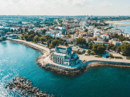 Vista aérea del horizonte de la ciudad de Constanta en Rumania
