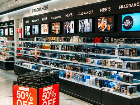 LISSABON, PORTUGAL - 2. SEPTEMBER 2017: Kosmetische Produkte und Parfüm für Frauen zum Verkauf im Schönheitssalon