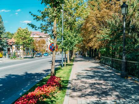 SINAIA, ROMANIA - SEPTEMBER 15, 2017: Downtown View Of Sinaia, Town And Mountain Resort In Prahova County. 新聞圖片