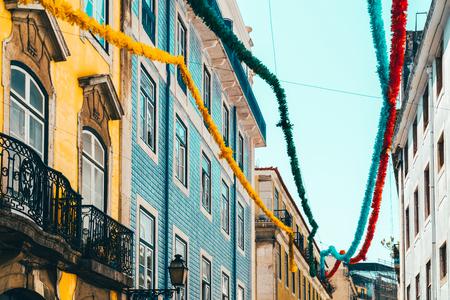 Facciata variopinta dell'edificio di appartamenti a Lisbona, Portugal