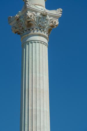 Korinthische Säule am blauen Himmel