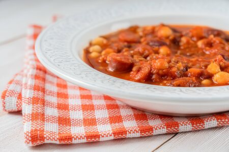 Chorizo Stew With Red Beans, Chickpeas And Tomato Sauce Standard-Bild