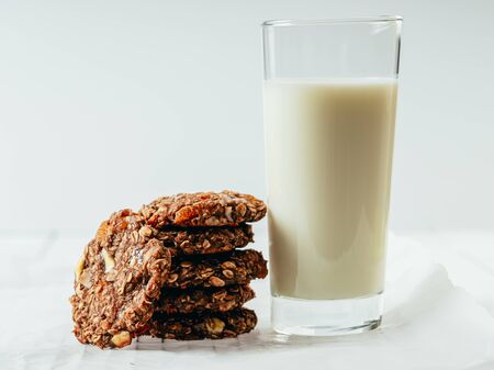 Coconut, Apricot, Oats And White Chocolate Biscuits 免版税图像 - 132343390