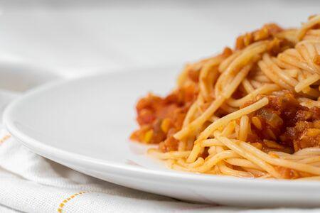 Langsam gekochte Linsenspaghetti Bolognese Standard-Bild