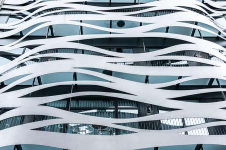 Barcellona, Spagna - 03 giugno 2019: Dettagli architettonici della moderna facciata di edificio sul Passeig de Gracia