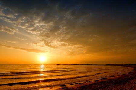 sol naciente: salida del sol el mar paisaje con mar de oro y las nubes en el cielo