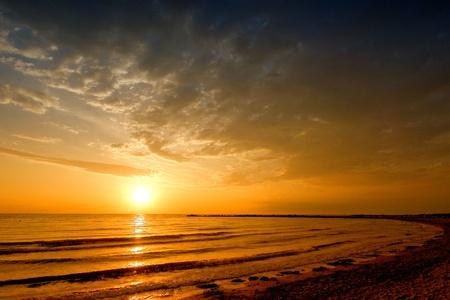 sun rise zee landschap met gouden zee en wolken op de hemel